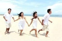 Amis appréciant la plage ensemble Photo stock