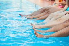 Amis appréciant la réception au bord de la piscine Photo stock