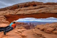 Amis appréciant la vue du canyon et des montagnes Image stock