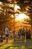 Amis appréciant le coucher du soleil en parc Photo libre de droits