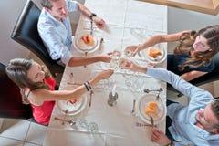 Amis appréciant le dîner à la maison Photo stock