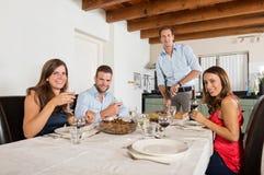 Amis appréciant le dîner à la maison Image stock
