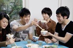 Amis appréciant le petit déjeuner ensemble Photo libre de droits