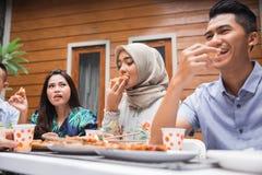 Amis appréciant le repas à la partie extérieure Photographie stock libre de droits