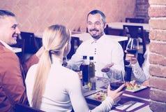 Amis appréciant le repas délicieux dans le restaurant de pays Images libres de droits