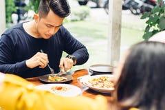 Amis appréciant le repas dans le restaurant extérieur Photos stock