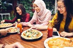 Amis appréciant le repas dans le restaurant extérieur Images libres de droits