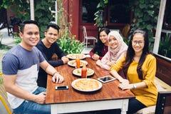 Amis appréciant le repas dans le restaurant extérieur Image stock