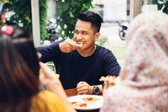 Amis appréciant le repas dans le restaurant extérieur Photos libres de droits