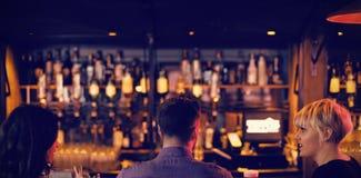 Amis appréciant les boissons au compteur photos libres de droits