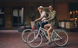 Amis appréciant leur tour de vélo Images stock