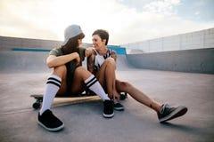 Amis appréciant passant le temps ensemble au parc de patin Images libres de droits