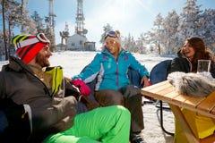 Amis appréciant sur la boisson à la station de sports d'hiver Images libres de droits