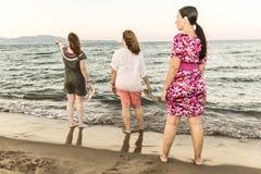Amis appréciant sur la plage Images libres de droits