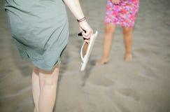 Amis appréciant sur la plage Photo stock