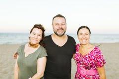 Amis appréciant sur la plage Image libre de droits