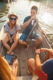Amis appréciant sur un bateau Image stock