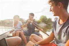 Amis appréciant sur un bateau Photos stock