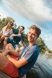Amis appréciant sur un bateau Images stock