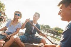 Amis appréciant sur un bateau Image libre de droits