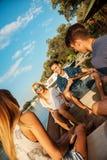 Amis appréciant sur un bateau Photo stock