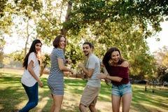 Amis appréciant un été en parc Images libres de droits