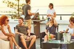 6 amis appréciant un barbecue ensemble sur un dessus de toit Photos libres de droits