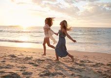 Amis appréciant un jour sur la plage Photo libre de droits