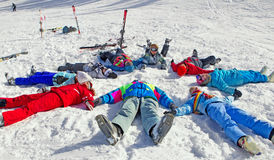 Amis appréciant l'hiver Photographie stock libre de droits