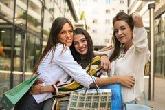 Amis après étreindre, sourire et poses de achat à l'appareil-photo photographie stock
