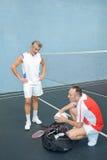 Amis après jeu de badminton Photos stock