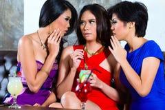 Amis asiatiques bavardant dans la boîte de nuit Photo libre de droits