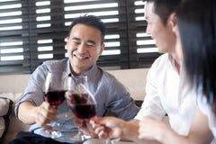 Amis asiatiques buvant du vin Image libre de droits