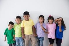 Amis asiatiques d'enfant utilisant le T-shirt coloré Image libre de droits