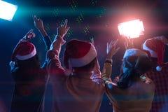 Amis asiatiques de groupe jeunes dansant ensemble la partie avec le ligh de disco Photos libres de droits