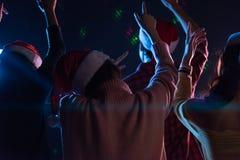 Amis asiatiques de groupe jeunes dansant ensemble la partie avec le ligh de disco Images libres de droits