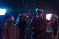 Amis asiatiques de groupe jeunes dansant ensemble la partie célébrant Chr Photo stock