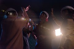 Amis asiatiques de groupe jeunes dansant ensemble la partie célébrant Chr Images stock