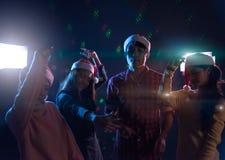 Amis asiatiques de groupe jeunes dansant ensemble la partie célébrant Chr Image libre de droits