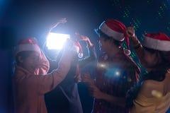 Amis asiatiques de groupe jeunes dansant ensemble la partie célébrant Chr Photo libre de droits