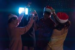 Amis asiatiques de groupe jeunes dansant ensemble la partie célébrant Chr Image stock