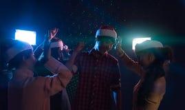 Amis asiatiques de groupe jeunes dansant ensemble la partie célébrant Chr Photos libres de droits