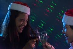 Amis asiatiques de groupe les jeunes appréciant même des boissons font la fête ensemble Image stock