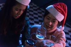 Amis asiatiques de groupe les jeunes appréciant même des boissons font la fête ensemble Photographie stock libre de droits