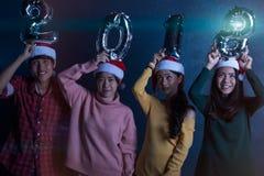 Amis asiatiques de groupe les jeunes tenant les mots 2018 font la fête ensemble le ce Images stock