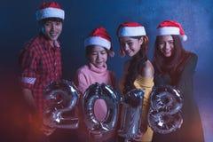 Amis asiatiques de groupe les jeunes tenant les mots 2018 font la fête ensemble le ce Images libres de droits