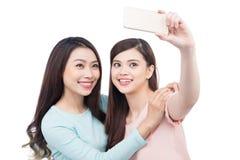 Amis asiatiques heureux de femme prenant un autoportrait avec un pho de cellules Images stock