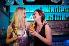 Amis assez féminins appréciant à la boîte de nuit Photographie stock libre de droits