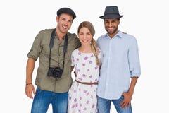 Amis attirants avec un embrassement d'appareil-photo Photographie stock