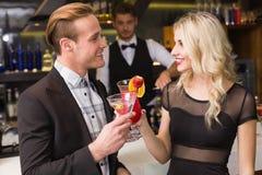 Amis attirants buvant des cocktails ensemble Photos stock